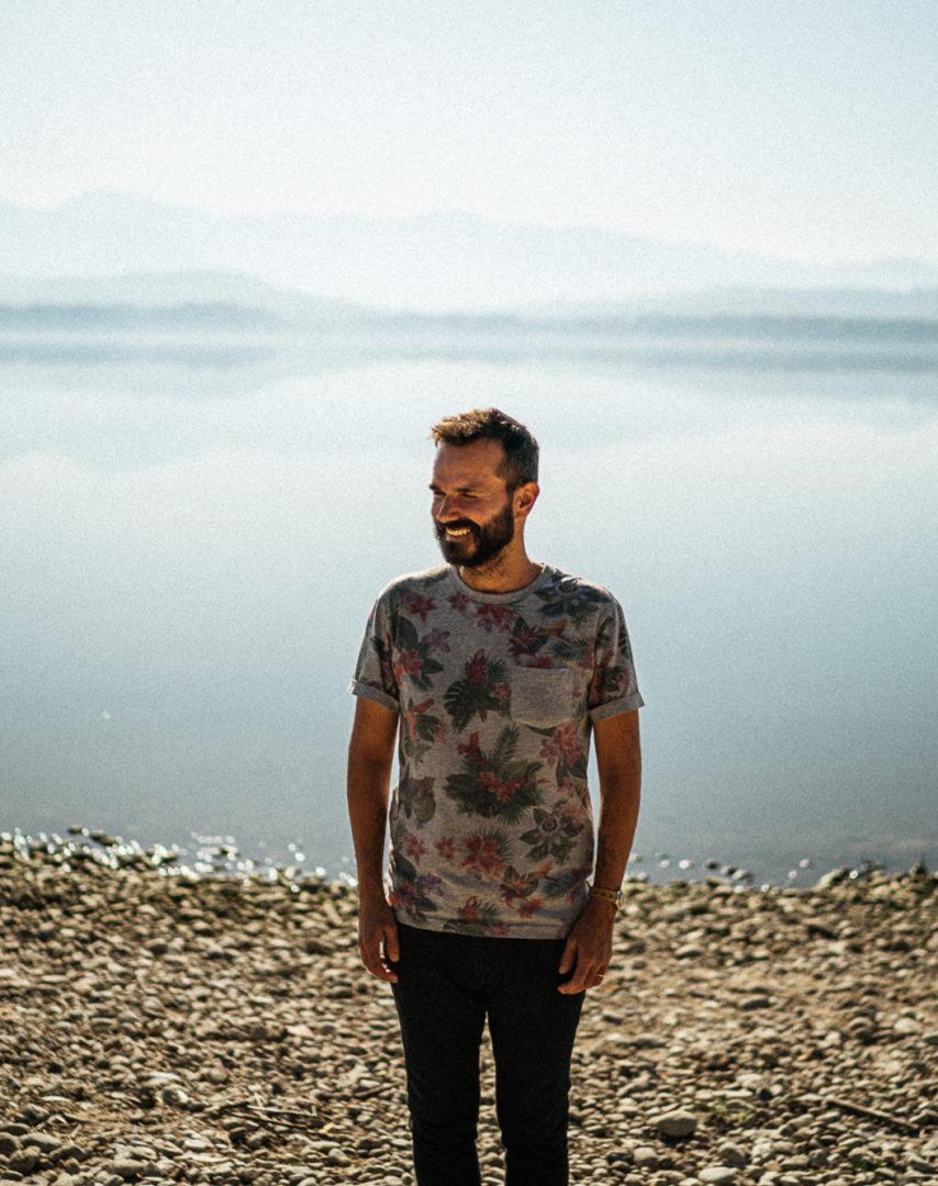 Muž u přehrady
