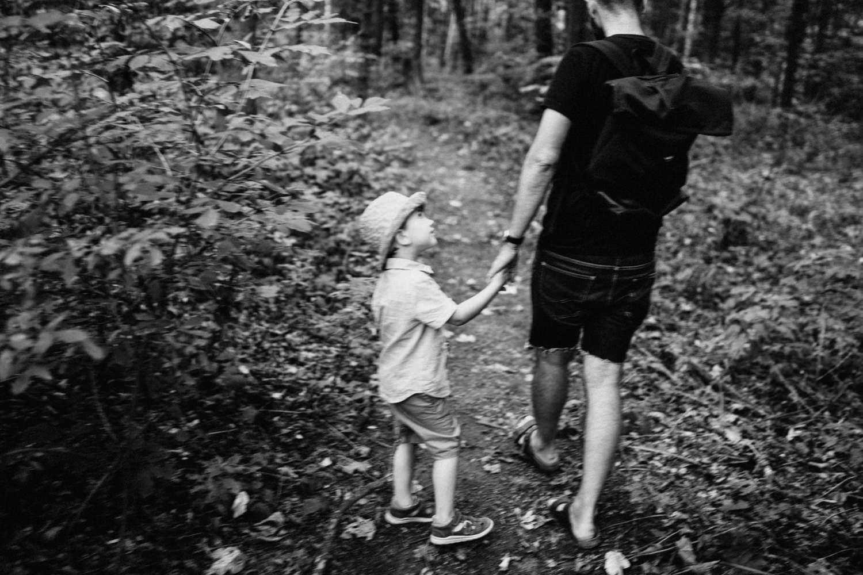 Otec a syn v Porubském lese kousek za Ostravou