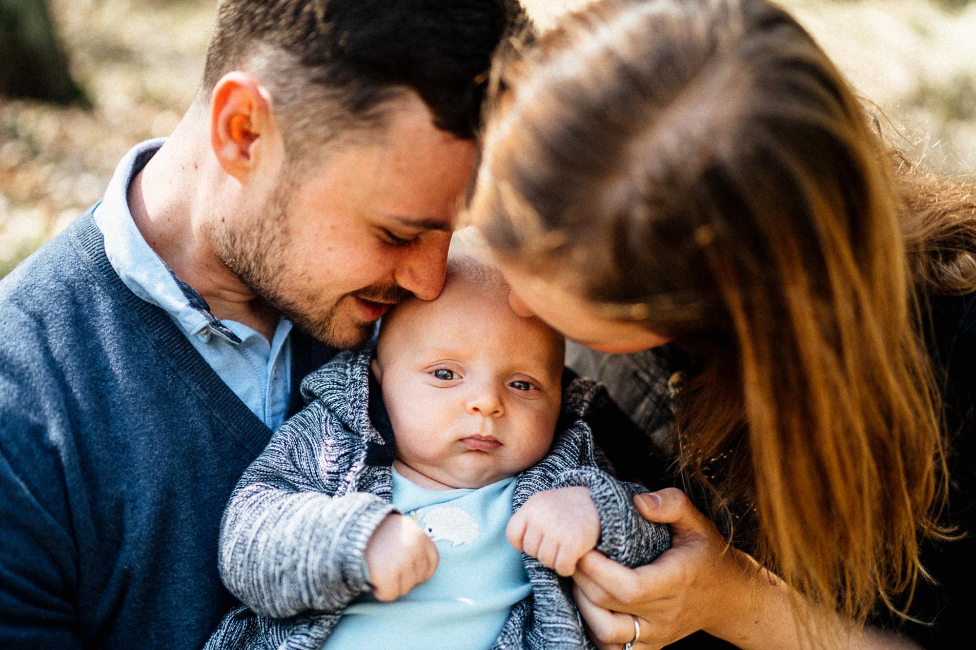 Rodiče se mazlí se svým synem