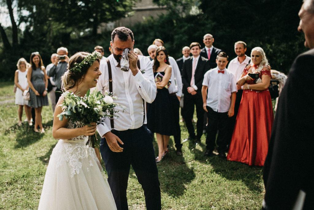 Plačící ženich když viděl u obřadu svou nevěstu