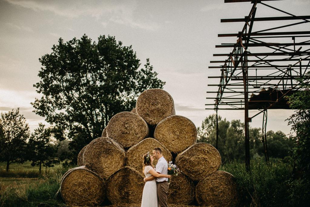 Balíky slámy jako kulisa pro novomanželské portrétní focení