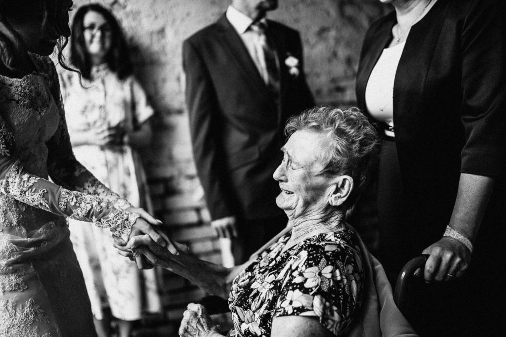 Emotivní chvíle při gratulacích, plačící babička s vnučkou
