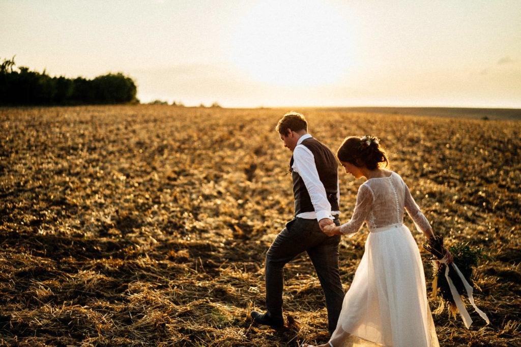 Podvečerní procházka po poli, novomanželské focení