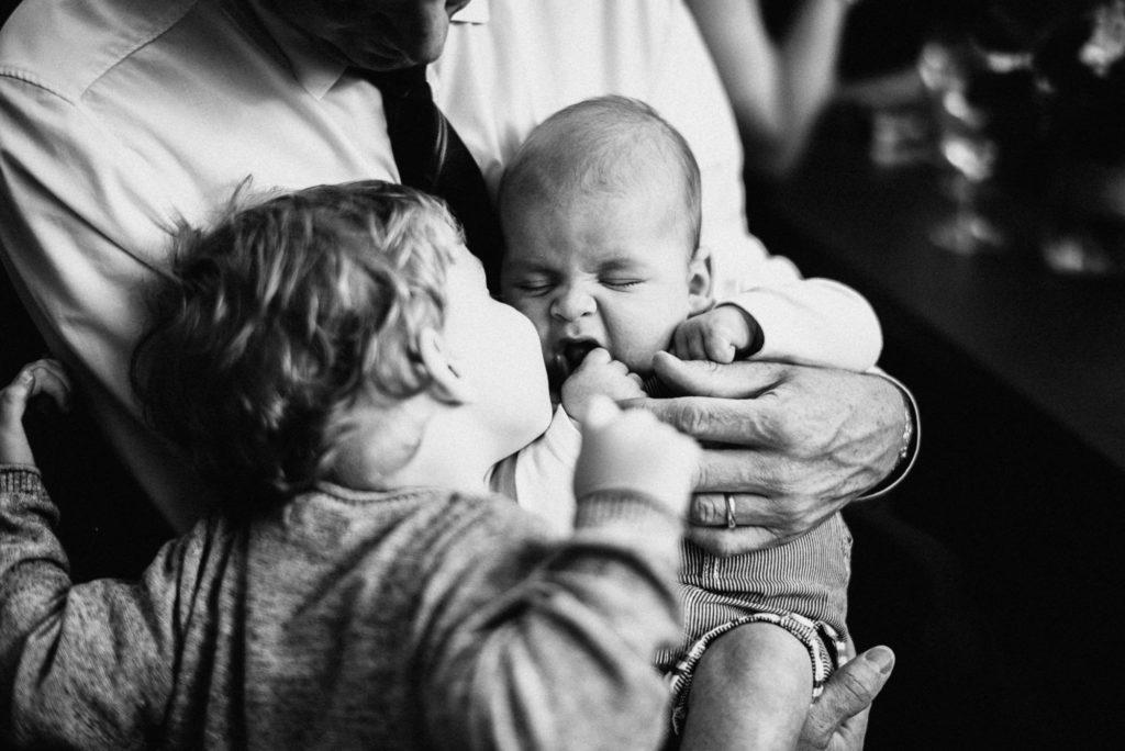 Spící batole v náručí svého otce