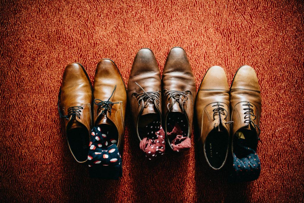 Detail obuvi a ponožek od ženicha a družby