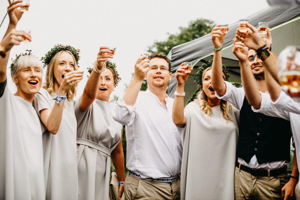 Pár minut před svatebním obřadem, připíjíme na kuráž